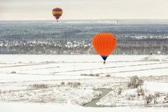 热空气气球在冬天 免版税库存照片