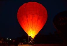热空气气球在晚上 库存图片