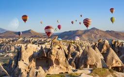 热空气气球在清楚的早晨天空飞行在Goreme, Kapadokya附近 免版税图库摄影