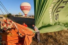 热空气气球在登陆以后放气早晨 cappadocia 火鸡 库存照片