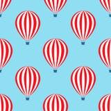 热空气气球无缝的样式 婴儿送礼会在蓝天背景的传染媒介例证 免版税库存图片