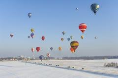 热空气气球的冬天节日 免版税库存图片