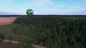 热空气气球看法飞行在横跨天空的领域的 风景全景 股票录像