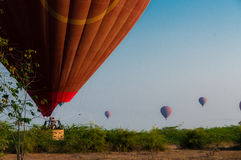 热空气气球着陆在Bagan缅甸 免版税图库摄影