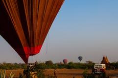 热空气气球着陆在Bagan缅甸 免版税库存照片
