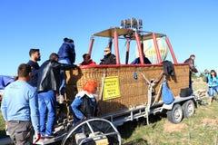 热空气气球篮子游人卡帕多细亚土耳其 免版税库存照片