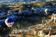 热空气气球飞行在卡帕多细亚,土耳其 库存图片