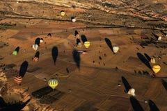 热空气气球飞行在卡帕多细亚,土耳其 免版税图库摄影