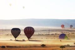 热空气气球飞行在卡帕多细亚,土耳其 免版税库存照片