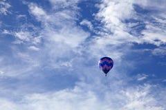 热空气气球飞行在台东鹿野Gaotai 免版税图库摄影