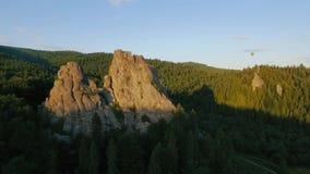 热空气气球飞行通过在山风景的天空在岩石附近的 股票视频