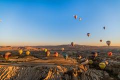 热空气气球鸟瞰图飞行在卡帕多细亚在日出期间,土耳其的 图库摄影