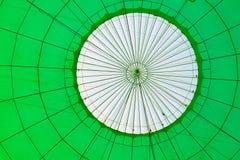 热空气气球,一个被填装的浅绿色的气球的里面 库存照片