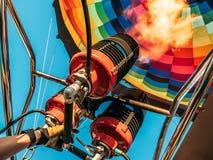 热空气气球,从煤气喷燃器设备,从里边关闭的明亮的灼烧的火火焰 库存图片