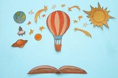 热空气气球,空间元素形状裁减从纸和绘在木蓝色背景 图库摄影