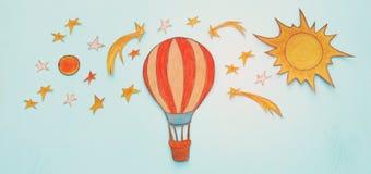 热空气气球,空间元素形状裁减从纸和绘在木蓝色背景 免版税库存图片