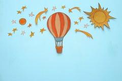 热空气气球,空间元素形状裁减从纸和绘在木蓝色背景 库存照片