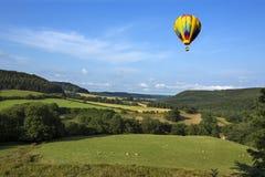 热空气气球-约克夏山谷-英国 免版税库存图片