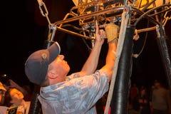 热空气点燃他的燃烧器的气球飞行员 免版税库存照片