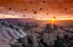 热空气迅速增加在日出在卡帕多细亚,土耳其 库存照片