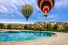 热空气迅速增加在游泳池,卡帕多细亚,土耳其 免版税库存图片