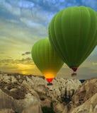 热空气迅速增加日落,卡帕多细亚,土耳其 库存照片