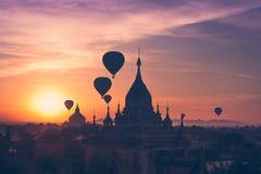 热空气迅速增加飞行在佛教寺庙在Bagan 缅甸 库存图片