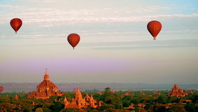 热空气迅速增加飞行在古老佛教寺庙的日出在Bagan 缅甸 影视素材