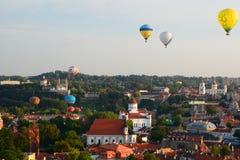 热空气迅速增加飞行在老镇 维尔纽斯 立陶宛 免版税库存照片