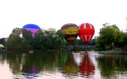 热空气飞行的baloons startung在晚上天空 库存照片