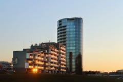 热舒夫,波兰- 2018年10月8日:在平衡的日落的现代住宅公寓 都市化和建筑ci的 免版税库存图片