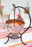 热菜炖牛肉汤在传统水壶服务 免版税图库摄影