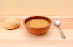 热诚的扁豆汤服务与一个有壳的小圆面包 库存照片