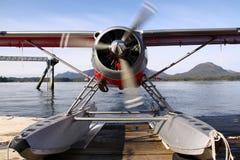 热身阿拉斯加的浮动的飞机 免版税库存照片