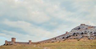 热那亚人的堡垒在Sudak,克里米亚半岛,黑海 领事城堡和上部排的设防墙壁 库存图片