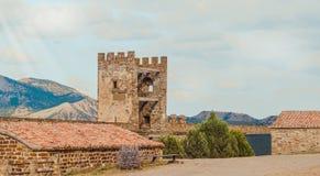 热那亚人的堡垒在Sudak,克里米亚半岛,黑海 领事城堡和上部排的设防墙壁 免版税图库摄影