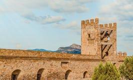 热那亚人的堡垒在Sudak,克里米亚半岛,黑海 领事城堡和上部排的设防墙壁 库存照片