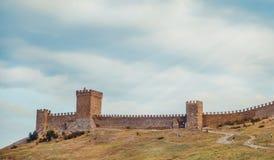 热那亚人的堡垒在Sudak,克里米亚半岛,黑海 领事城堡和上部排的设防墙壁 免版税库存照片