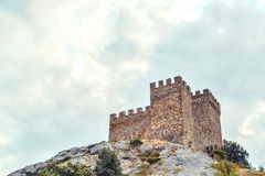 热那亚人的堡垒在Sudak,克里米亚半岛,黑海 领事城堡和上部排的设防墙壁 免版税库存图片
