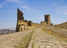 热那亚人的堡垒的塔在Sudak 免版税库存照片