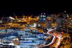 热那亚在夜之前,意大利,有堤道的港口鸟瞰图  免版税库存图片