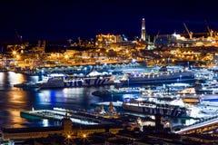 热那亚在夜之前,意大利,有Lanterna的港口,城市的标志鸟瞰图  图库摄影