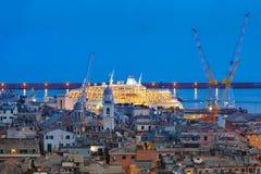热那亚在晚上,意大利老镇和港  库存图片