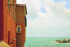 热那亚意大利-在海的红色房子 免版税图库摄影