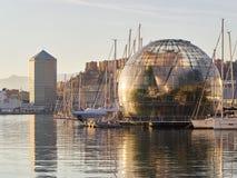 热那亚波尔图antico古老口岸:伦佐・皮亚诺球形和Matitone大铅笔大厦在背景中 免版税库存图片