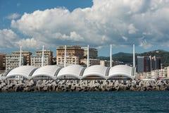 热那亚镇从海的都市风景全景 免版税库存图片