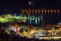 热那亚鸟瞰图在夜、意大利、老镇和港口之前 免版税库存图片