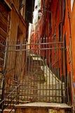 热那亚,意大利-上升一条狭窄的街道的看法在老镇 免版税库存图片