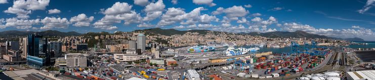 热那亚,意大利- 2017年9月17日:街市和热那亚港口的全景  库存图片