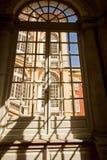 热那亚,意大利-王宫,从大厅窗口的门面 图库摄影